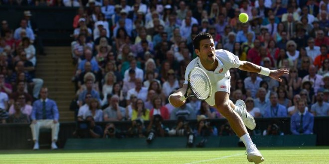 El serbio Novak Djokovic se esfuerza para llegar a la pelota en la final de Wimbledon-2014 contra el suizo Roger Federer en el All England Tennis Club de Wimbledon, suroeste de Londres, el 6 de julio de 2014 © AFP/Archivos CARL COURT